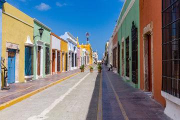 Strasse mit bunten Häusern  Campeche Campeche Mexiko by Peter Ehlert in Design