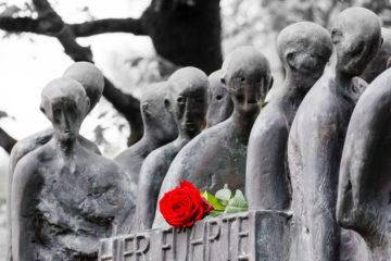 Denkmal mit Rose  Dachau Bayern Deutschland by Peter Ehlert in Gedenkfeier zur Befreiung des KZ Dachau (2015)