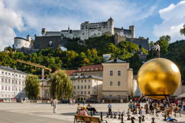 Balkenhol-Mozartkugel am Kapitelplatz  Salzburg Salzburg Österreich by Peter Ehlert