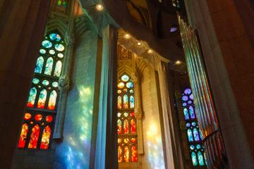 Blau-grüne Fensterseite  Barcelona Catalunya Spanien by Lara Ehlert in Barcelonas Kirchen