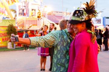 Selfies  München Bayern Deutschland by Peter Ehlert in Münchner Oktoberfest