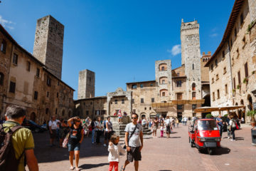 Hauptplatz mit Ape  San Gimignano Toscana Italien by Peter Ehlert in San Gimignano