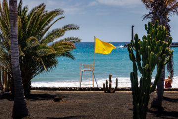 Gelbe Flagge an Wasserwachtstuhl  Costa Teguise Canarias Spanien by Peter Ehlert in LanzarotePlayaCucharas