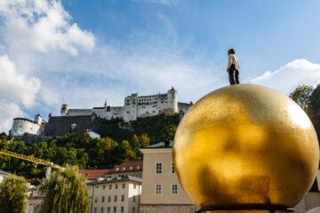 Balkenhol-Mozartkugel am Kapitelplatz  Salzburg Salzburg Österreich by Peter Ehlert in Salzburg mit Schloss Hellbrunn