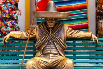 Pancho Villa Statue auf Parkbank     by Peter Ehlert in StadtrundgangQuinta Avenida