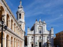 Basilika, Brunnen und Turm  Loreto Marche Italien by Peter Ehlert in Italien - Marken
