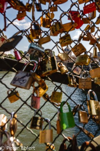 Schlösser auf  Pont des Arts  Paris Île-de-France Frankreich by Peter Ehlert in Paris, quer durch die Stadt
