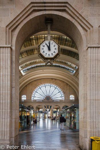 Uhr und Halle  Paris Île-de-France Frankreich by Peter Ehlert in Paris, quer durch die Stadt