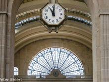 Uhr und Halle  Paris Île-de-France Frankreich by Lara Ehlert in Paris, quer durch die Stadt
