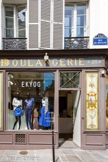 Bekleidung in alter Bäckerei  Paris Île-de-France Frankreich by Peter Ehlert in Paris, quer durch die Stadt