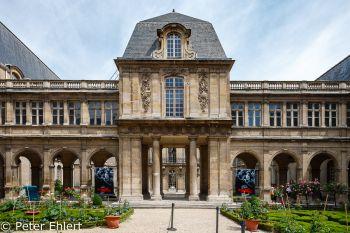 Innenhof Musée Carnavalet  Paris Île-de-France Frankreich by Peter Ehlert in Paris, quer durch die Stadt