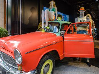 Werbedeko bunter Simca   Paris Île-de-France Frankreich by Peter Ehlert in Paris, quer durch die Stadt