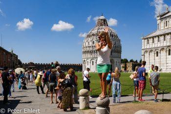 Toristin hält schiefen Turm  Pisa Toscana Italien by Peter Ehlert in Abstecher nach Pisa