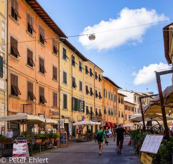 Häuserfront  Pisa Toscana Italien by Peter Ehlert in Abstecher nach Pisa