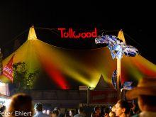 Musikzelt mit Leuchtschrift und Schilderpalme  München Bayern Deutschland by Peter Ehlert in Sommer-Tollwood Festival
