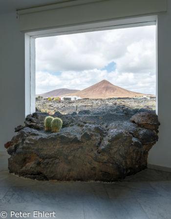 Lava ragt in Innenraum  Teguise Canarias Spanien by Peter Ehlert in LanzaroteFundacion