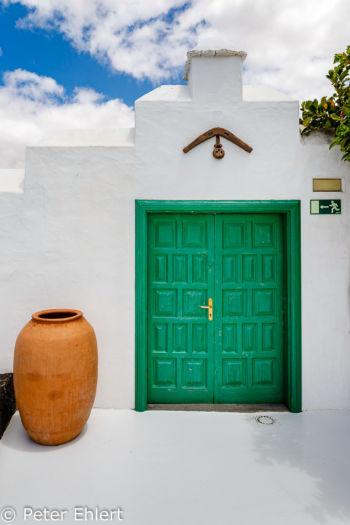 Grüne Tür  Teguise Canarias Spanien by Peter Ehlert in LanzaroteFundacion