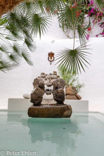 Innenhof mit Brunnen  Nazaret Canarias Spanien by Peter Ehlert in LanzaroteLagomar
