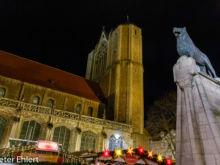 Löwenstatue und Dom  Braunschweig Niedersachsen Deutschland by Peter Ehlert in Weihnachtsmarkt