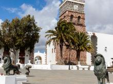 Löwe mit Kirchturm  Teguise Kanarische Inseln Spanien by Peter Ehlert in LanzaroteTeguise