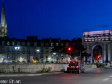 Porte de Bourgogne und Turm der Basilika Saint-Michel  Bordeaux Département Gironde Frankreich by Peter Ehlert in Stadtrundgang Bordeaux